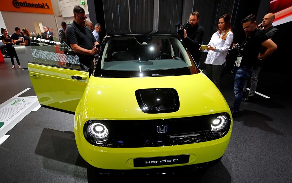 """Honda """"e"""": compacto elétrico japonês aparece em versão final no Salão de Frankfurt — Foto: Wolfgang Rattay/Reuters"""