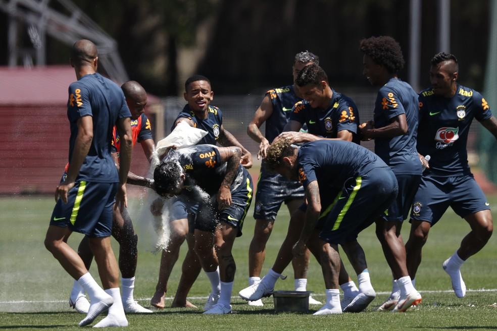Philippe Coutinho, aniversariante do dia, leva ovada no fim do treinamento (Foto: Pedro Martins / MoWa Press)