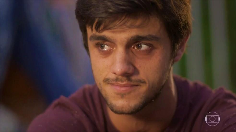 Jonatas (Felipe Simas) sofre com sua decisão em 'Totalmente Demais' — Foto: TV Globo