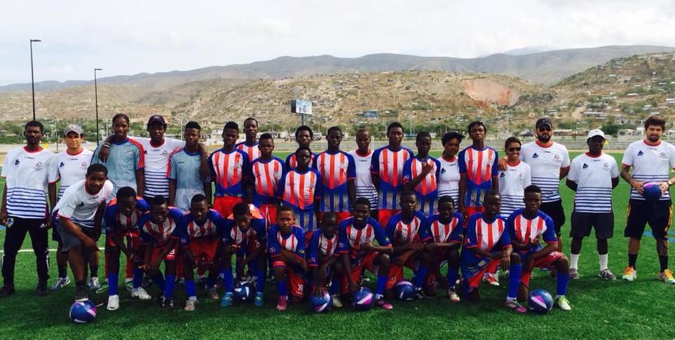 Badio (sétimo de pé, da esquerda para a direita, mais atrás) agradou aos técnicos do Pérolas Negras, no Haiti. — Foto: Rafael Novaes/Arquivo pessoal
