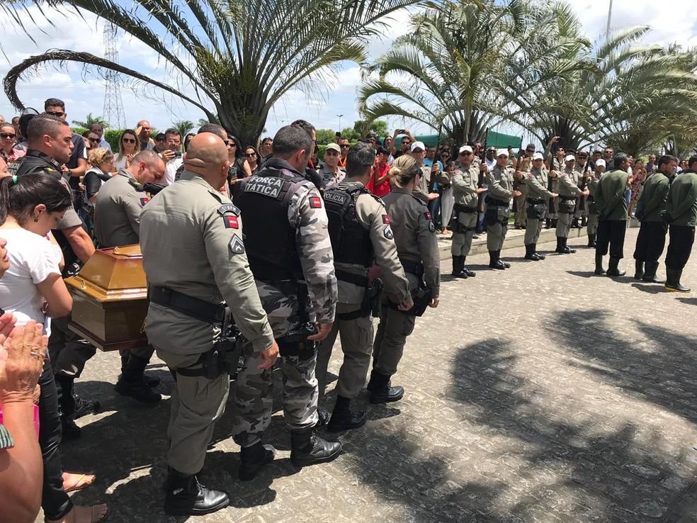 Durante o cortejo do corpo do PM, houve uma cerimônia de homenagem da Polícia Militar ao cabo Emerson Thiago — Foto: Artur Lira/TV Paraíba