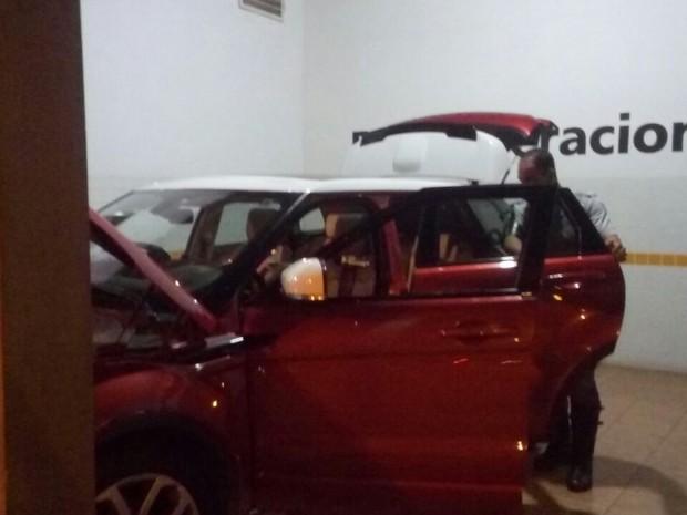 Carro de luxo não tinha drogas, mas era batedor do outro veículo com entorpecente (Foto: Polícia Rodoviária / Divulgação)