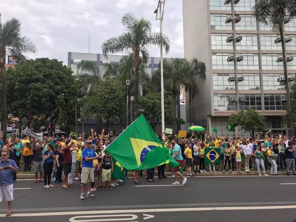 Manifestantes se reúnem em avenida de São José do Rio Preto (SP) — Foto: Soraya Lauand/TV TEM