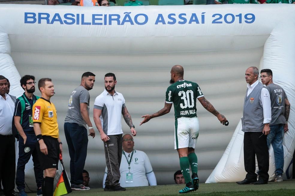Felipe Melo reclama de expulsão no jogo contra o Bahia — Foto: Felipe Rau/Estadão Conteúdo