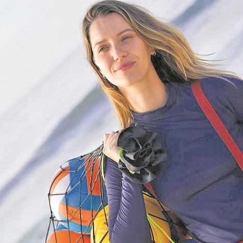Nathalia Dill caracterizada como Manuela, sua personagem no filme 'Um casal inseparável' (Foto: Auri Mota)