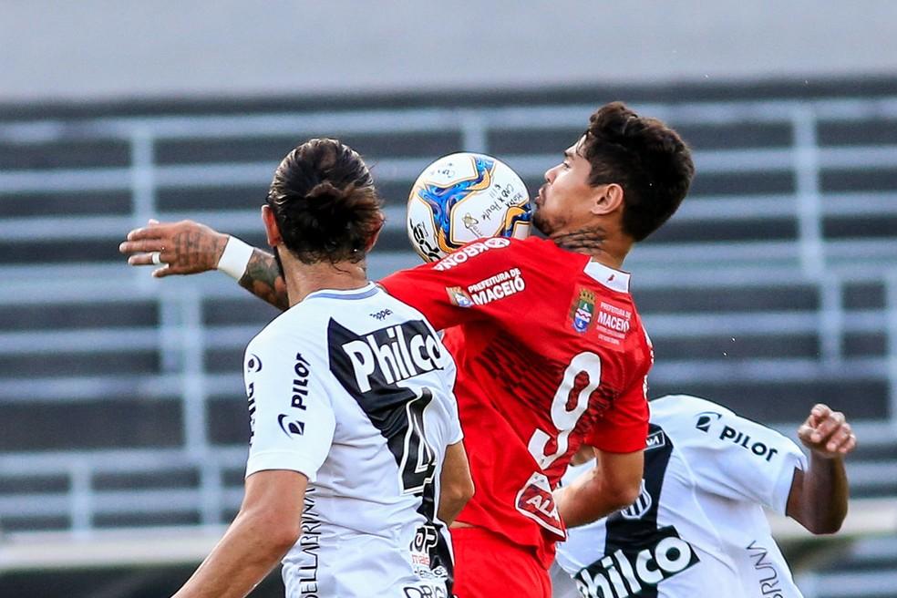 Léo Ceará é o artilheiro do CRB no Brasileiro, com 14 gols — Foto: Ailton Cruz - Gazeta de Alagoas