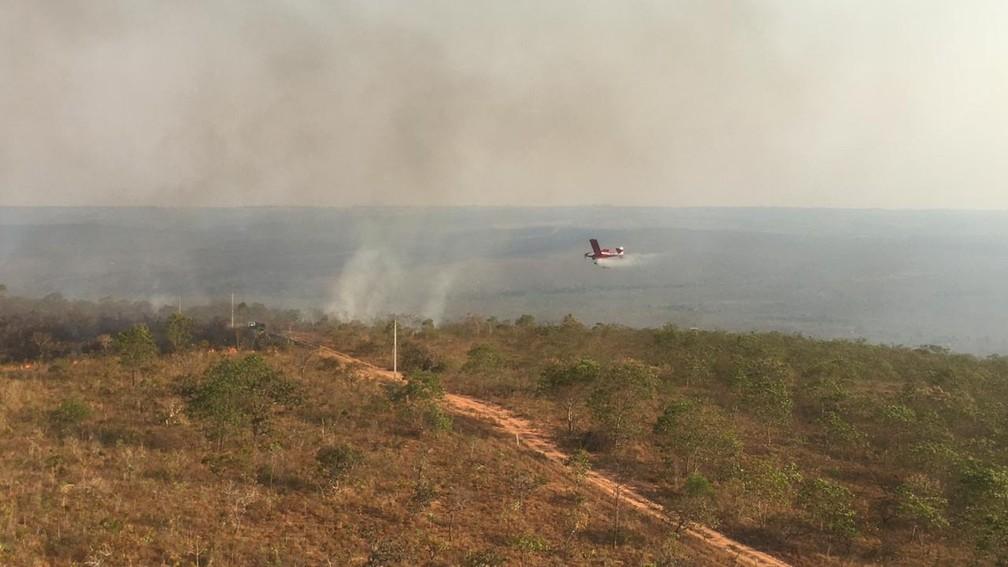 Brigadistas tentam apagar fogo com aeronaves — Foto: Ciopaer-MT/ Divulgação