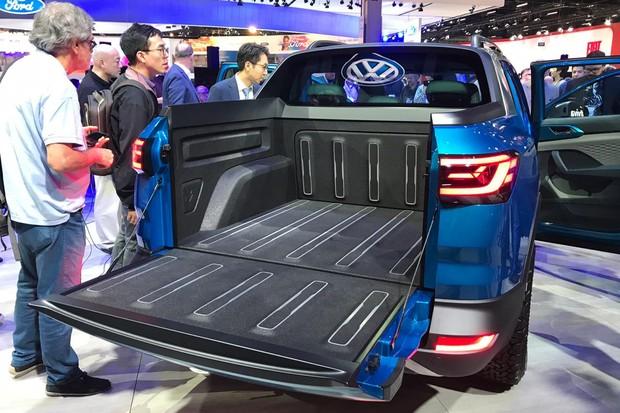 A divisória entre cabine e caçamba pode ser rebatida para expandir o compartimento (Foto: Diogo de Oliveira/Autoesporte)