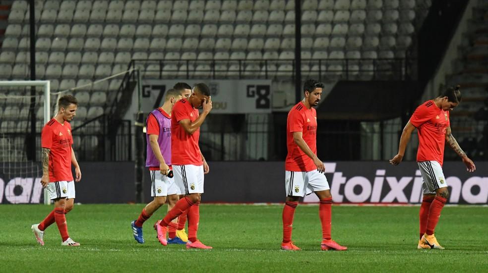 Jogadores do Benfica deixam o campo abatidos após derrota para o PAOK — Foto: REUTERS/Alexandros Avramidis