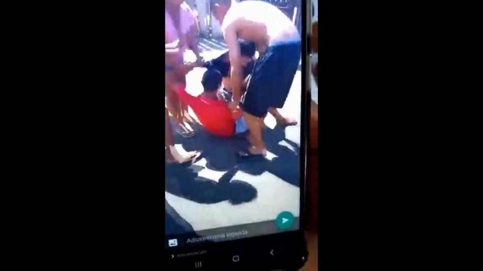 Policial é agredido por populares quando abordava suspeito (de camiseta vermelha) — Foto: Reprodução