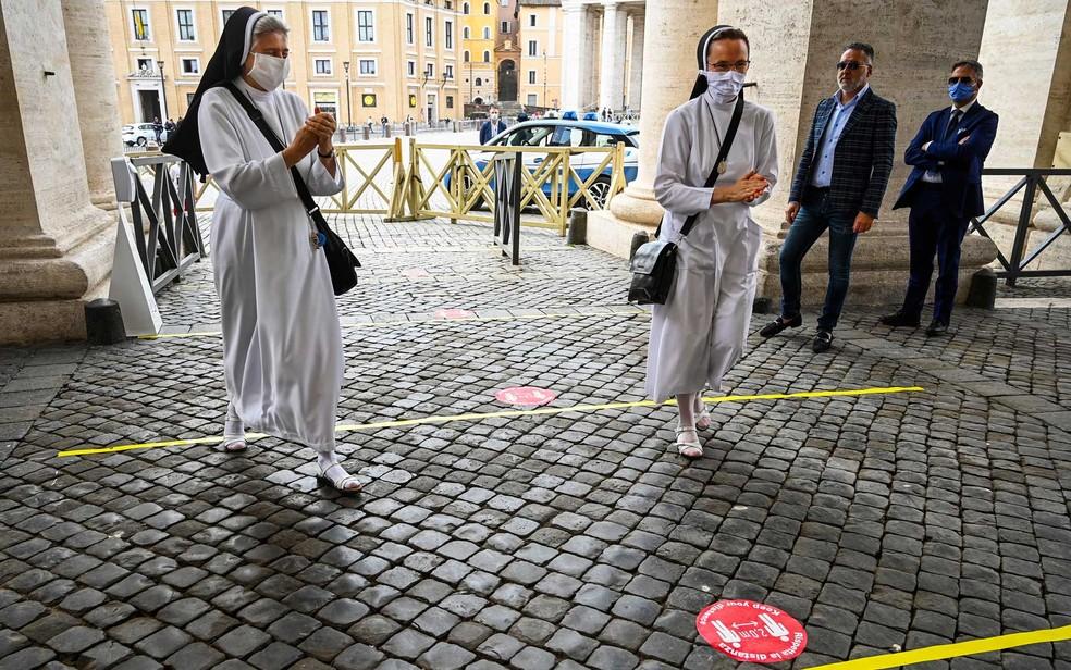 Visitantes têm que manter distância de dois metros uns dos outros — Foto: Vincenzo Pinto / AFP Photo