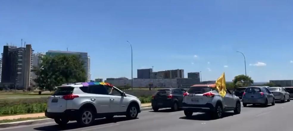 Carreata contra Bolsonaro e a favor da vacina percorreu o Eixo Monumental, em Brasília — Foto: Reprodução/TV Globo