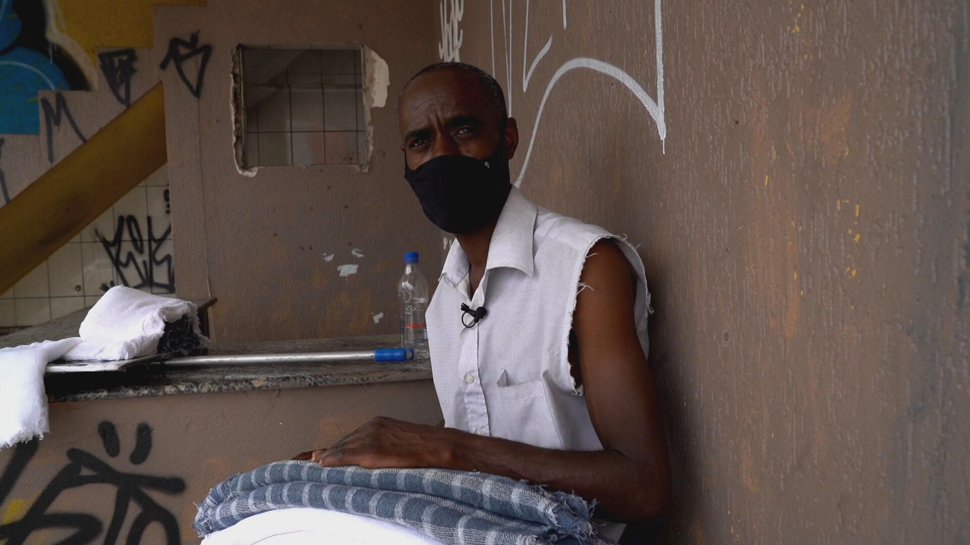 Homem perde emprego na pandemia e passa a vender pano de chão nas ruas de SP: 'Nunca imaginei'