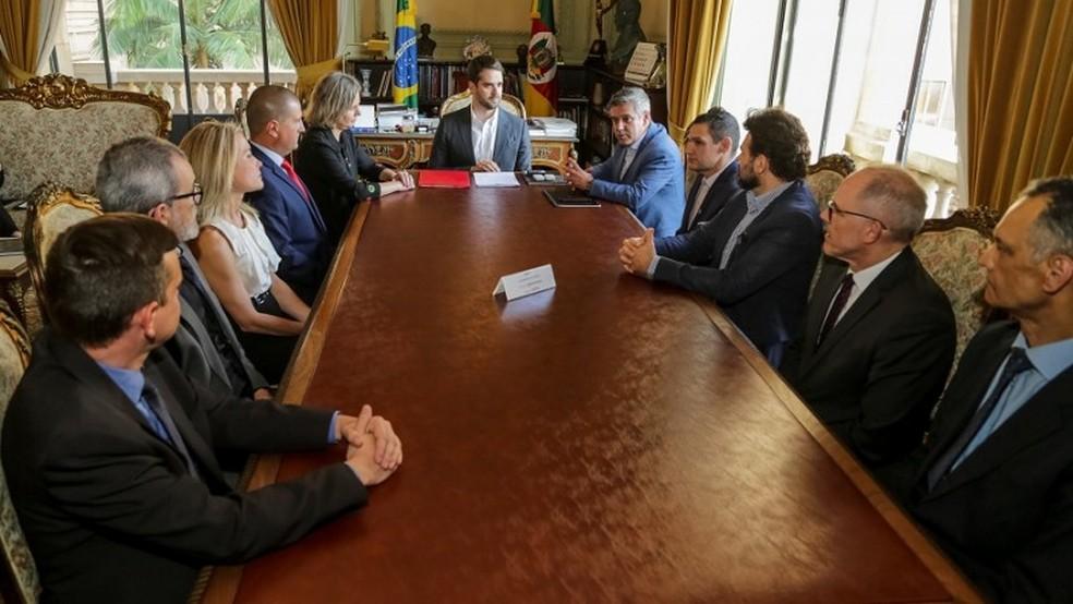 Protocolo de intenções foi assinado pelo Executivo, Seapen, Susepe, prefeitura de Pelotas, Judiciário e MP — Foto: Gustavo Mansur / Palácio Piratini