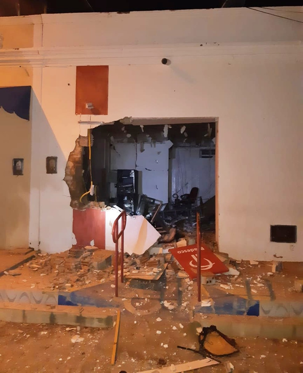 Criminosos usaram dinamite para detonar o caixa; parte da agência ficou destruída com a força da explosão — Foto: PMRN/Divulgação