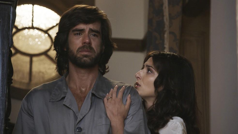Rômulo abre o coração com Cecília e conta a história da morte da mãe (Foto: TV Globo)