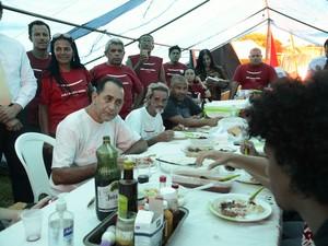 O deputado João Paulo Cunha (PT-SP) almoça com manifestantes petistas acampados em frente ao STF  (Foto: Antonio Cruz/Agência Brasil)