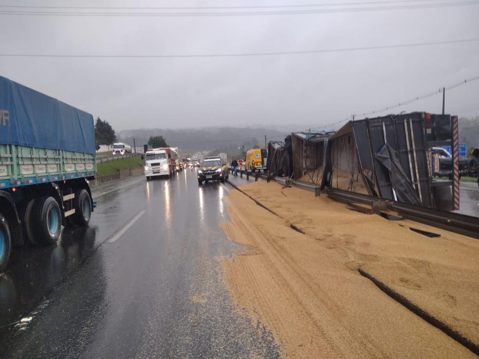 Carga ficou espalhada pela pista — Foto: Divulgação/PRF