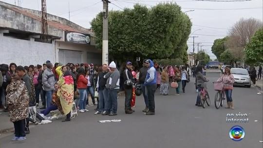 Mais de mil pessoas encaram fila na madrugada pelo sonho da casa própria em Promissão