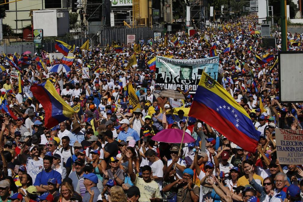 Opositores protestam contra Maduro, em Caracas, na Venezuela — Foto: AP Photo/Fernando Llano