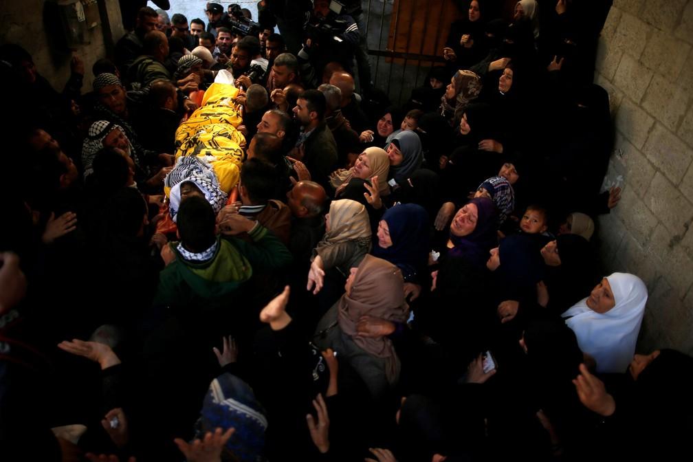 Corpo de homem palestino é velado na Faixa de Gaza neste sábado; homem foi morto na sexta-feira (Foto: Suhaib Salem/Reuters)