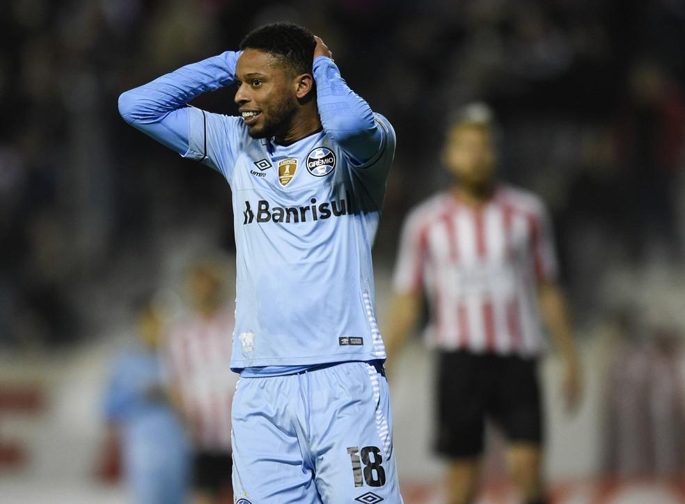André lamenta chance perdida contra o Estudiantes (Foto: AP/Gustavo Garello)