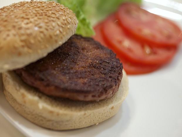 Pronto, hambúrguer parece como qualquer outro de carne bovina (Foto: David Perry/Reuters)