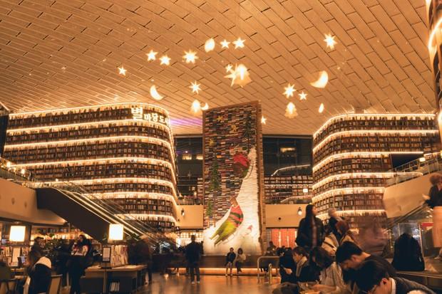 Biblioteca em Seul tem decoração natalina com esculturas gigantes feitas de livros (Foto: Reprodução )
