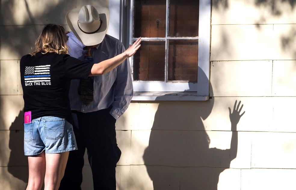 Casal lamenta mortes provocadas por atirador que invadiu igreja em Sutherland Springs, no Texas (Foto: Reuters/American-Statesman/Nick Wagner)