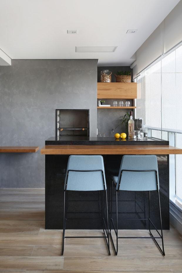 Apartamento jovem com sala, varanda e churrasqueira em um só lugar (Foto: Mariana Orsi)
