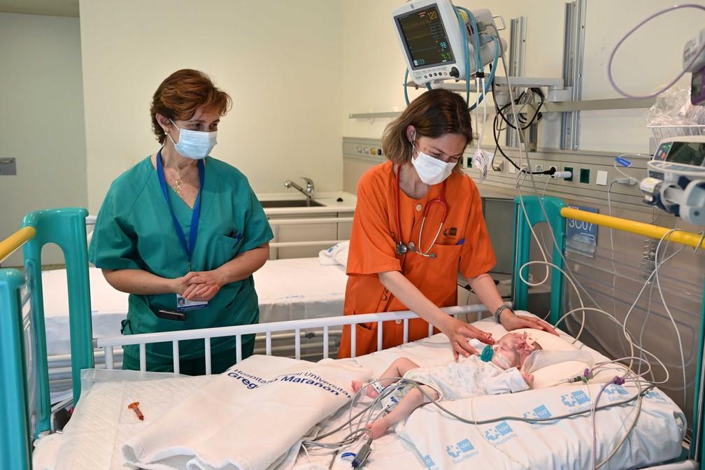 A menina Naiara, de dois meses, recebeu um transplante de coração em uma cirurgia pioneira na Espanha — Foto: Hospital Gregorio Marañón