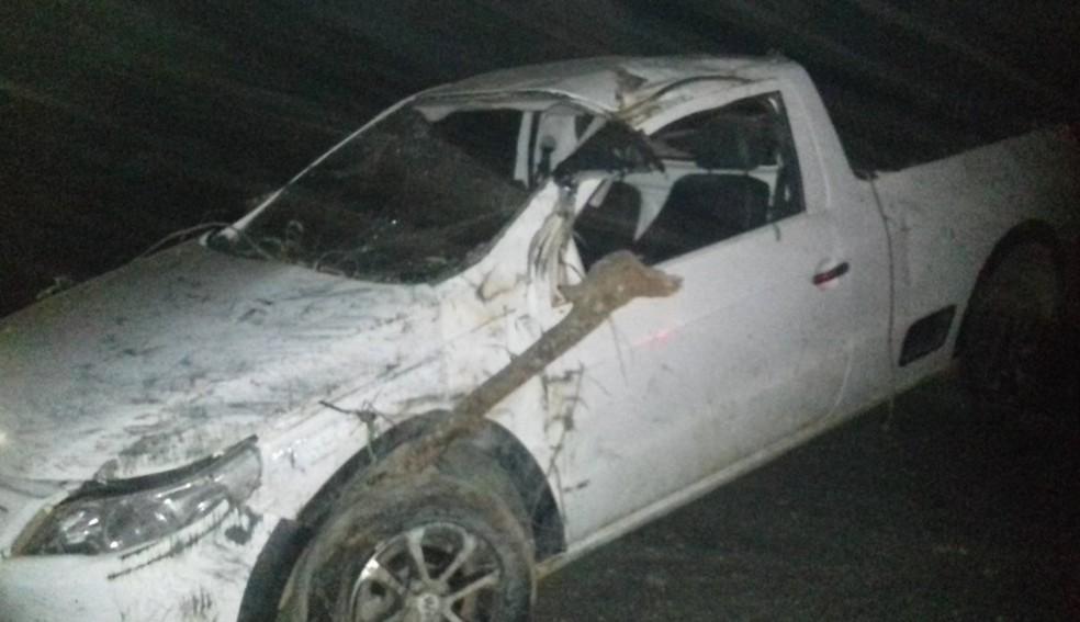 Veículo capotou várias vezes e duas pessoas morreram — Foto: Polícia Militar/ Divulgação