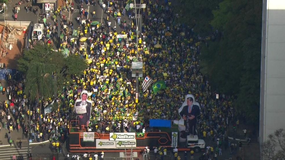 Protesto na Avenida Paulista por volta das 15h30 deste domingo (25) — Foto: Reprodução/TV Globo