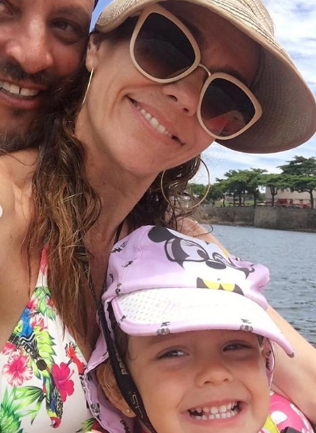 Flávia Monteiro com o marido, Avner Saragossy, e a filha, Sophia (Foto: Reprodução/Instagram)