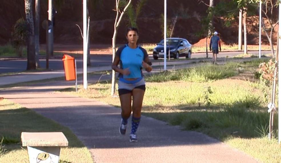 Funcionária pública superar problemas na coluna e se torna maratonista (Foto: Reprodução EPTV)