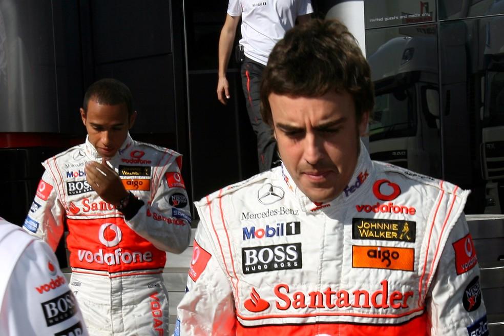 Alonso e Hamilton se envolveram em polêmica na Hungria, em 2007 — Foto: Getty Images
