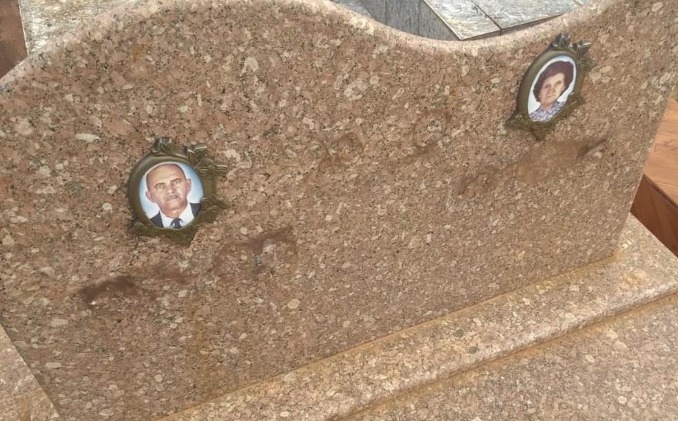 Criminosos furtaram placas de bronze dos túmulos do cemitério de Tabapuã (Foto: Arquivo Pessoal)