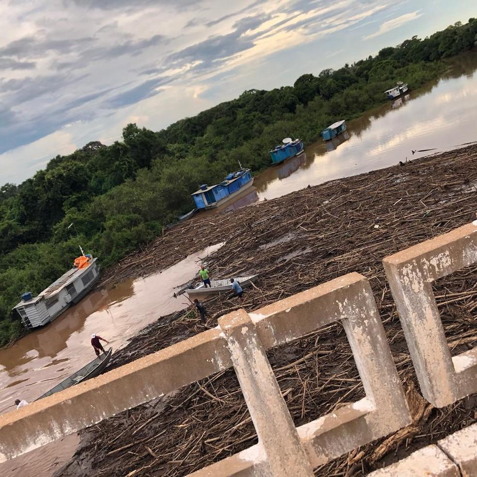 Rio Miranda sujo, visto de cima da ponte. Limpeza está sendo feito — Foto: Eny Buzanelli/Arquivo Pessoal