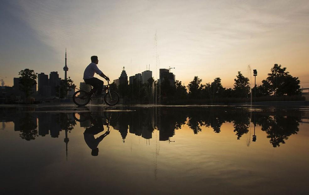 O aumento do turismo em Toronto coincidiu com a falta de moradias populares — Foto: Mark Blinch/AP