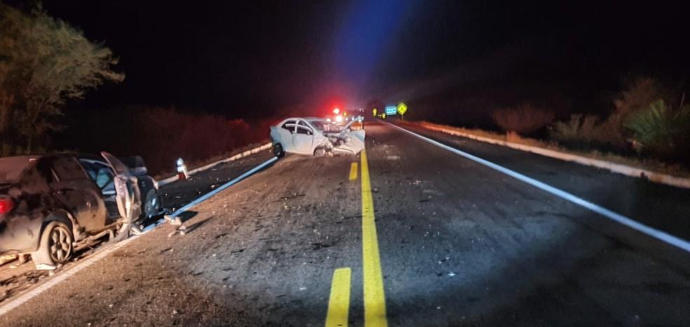 Dois carros bateram de frente na BR-304 e um homem morreu — Foto: PRF