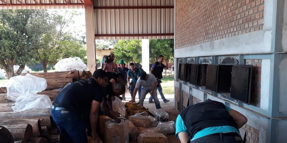 Mais de uma tonelada foi incinerada pela polícia nesta quinta-feira (5) — Foto: Emerson Sanches/TVCA