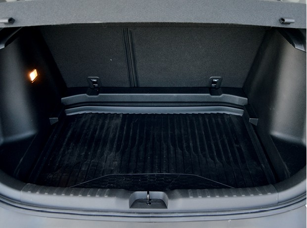 Chevrolet Tracker - Assoalho do porta-malas é uma tampa que pode ser posicionada em dois degraus (Foto: André Schaun)