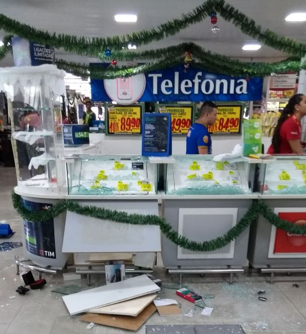 Setor de Telefonia do Nordestão do Alecrim, na Zona Leste de Natal, foi alvo de um arrastão; 19/12/2017 (Foto: Cedida)