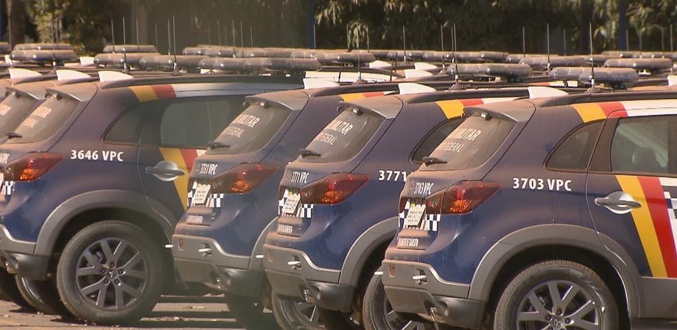 Veículos da PMDF empoeirados em pátio da corporação, em Taguatinga  (Foto: TV Globo/Reprodução)