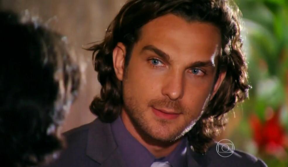 Alberto (Igor Rickli) pede para Dom Rafael (Cesar Troncoso) tirar Cassiano (Henri Casteli) do seu caminho - 'Flor do Caribe' — Foto: Globo