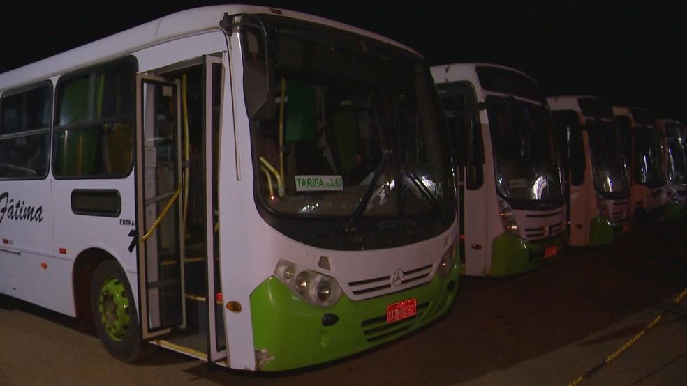 CRUZ ALTA, 6h30: Desde as 6h, manifestantes estão concentrados em frente à empresa de transporte público e impedem a saída de ônibus — Foto: RBS TV/Reprodução