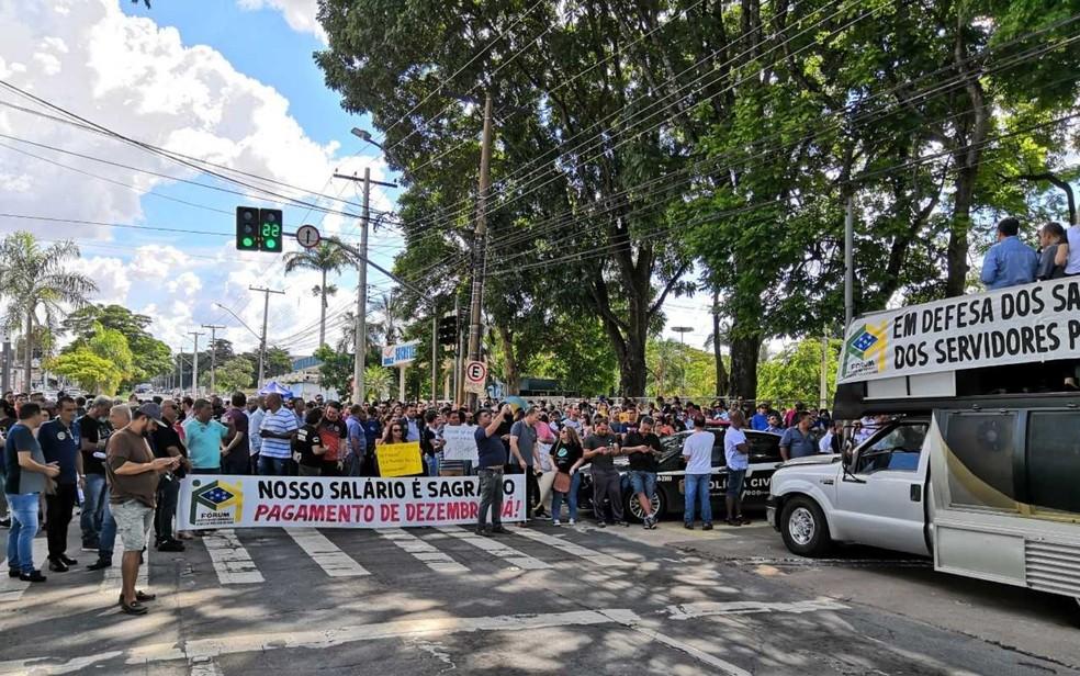 Servidores protestam por salário atrasado em frente a Sefaz — Foto: Sílvio Túlio/G1