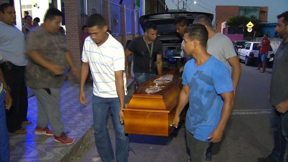 Trabalhador assassinado é velado em Cariacica, no ES — Foto: Reprodução/ TV Gazeta