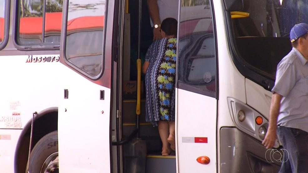 Idosos estão sem receber carteirinha que dá direito a viagens de graça entre os municípios do Tocantins (Foto: Reprodução/TV Anhanguera)