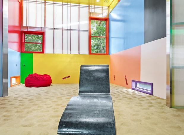 As cores do arco-íris se espalham por todas as paredes e o chão composto por volumes suntuosos (Foto: Brown Harris Stevens/ Reprodução)